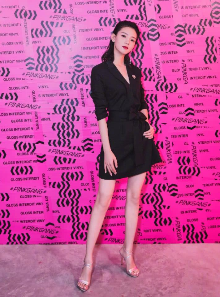 """陈瑶穿""""妇女鞋""""但下半身这朵""""郁金香""""才是她显老十岁的关键_"""