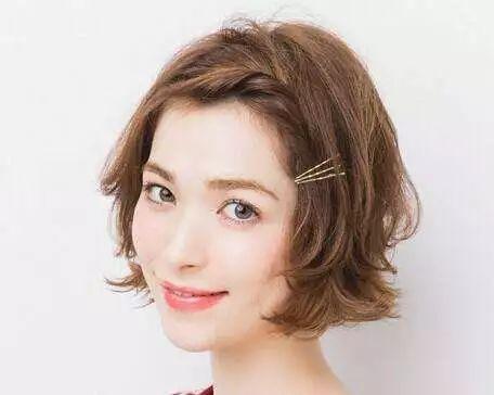 不仅能中分,侧分刘海编发也是不错的选择,也能起到修饰脸型的作用.