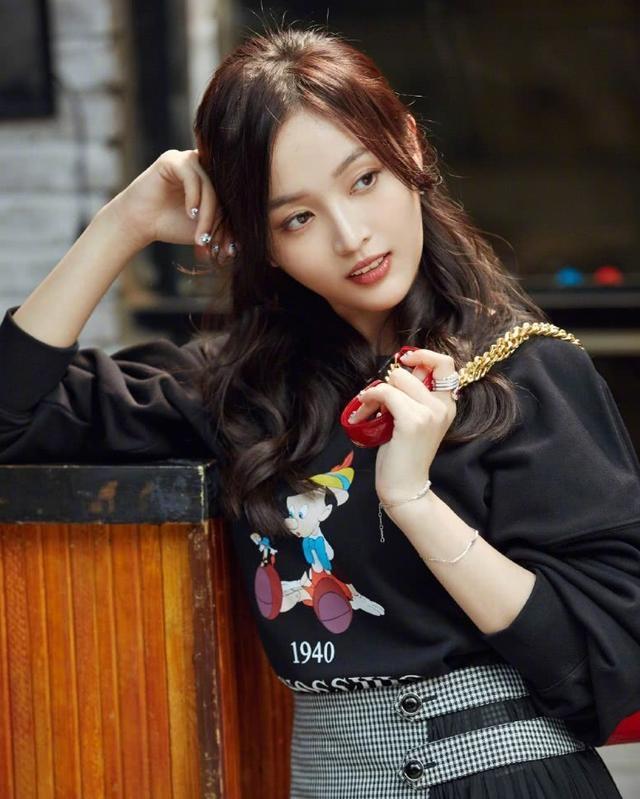 制服重回时尚圈吴宣仪穿蓝色制服搭配低马尾气质阳光帅气!