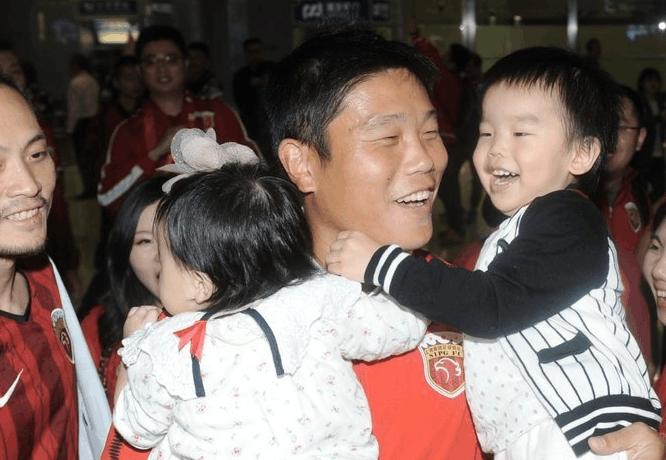 上港荣耀凯旋受球迷热情接机,武磊感动到哭称要拿个冠军
