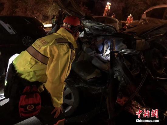 11月3日19时21分,兰海高速兰州南收费站发生交通事故。截至4日5时,已导致15人死亡,44人受伤。事故发生后,兰州市相关部门迅速开展生命救援,夜间当地下起了大雪,给救援增加了难度。 杨青摄