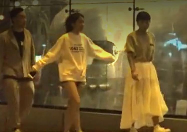 陈奕迅携妻女外出 14岁陈康堤大长腿太抢眼