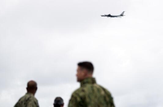 俄军监视北约军演,爷爷辈老飞机闯入现场,美军水兵争相合影留念