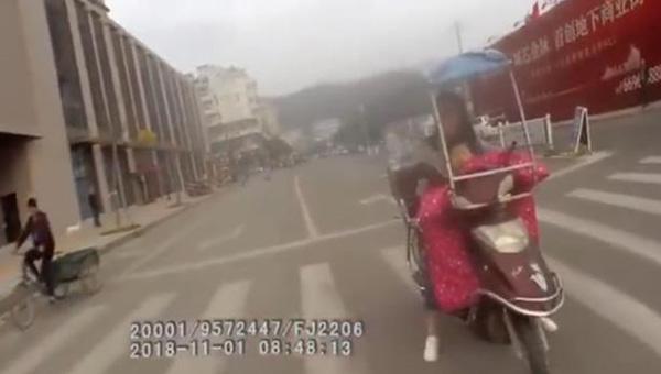 女子为躲避处罚 将3岁儿子和电动车扔给交警后离开