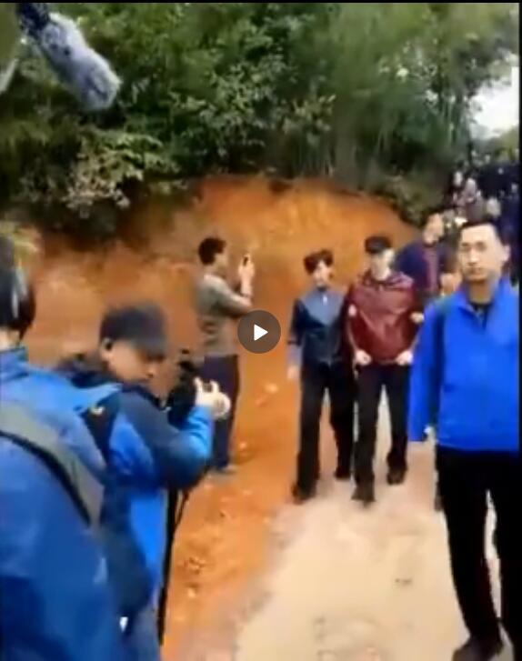 冯小刚被两人搀着走路,网友: 虚了
