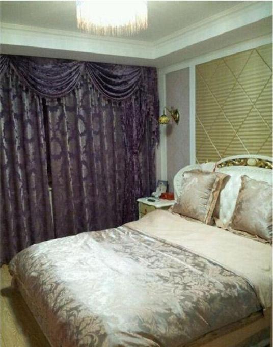 这是卧室,也是偏欧式的风格,背景墙设计的挺漂亮的,紫色窗帘看着有点