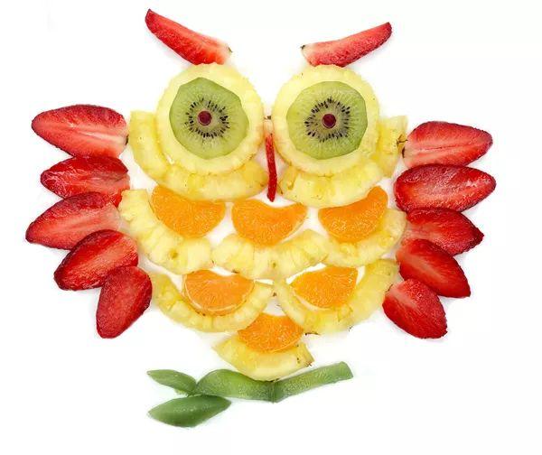 制作方法:将水果切片,尤其草莓、橙子、菠萝都要切得有型。要记得留下一半草莓来作为猫头鹰的眉毛和鼻子哦。   作为10种创意水果拼盘图片中可爱的小动物,这个季节给孩子做一个这样的水果拼盘是非常棒的。按照图中的方式制作方法摆放即可。   4、海龟先生   所需水果:猕猴桃:草莓。