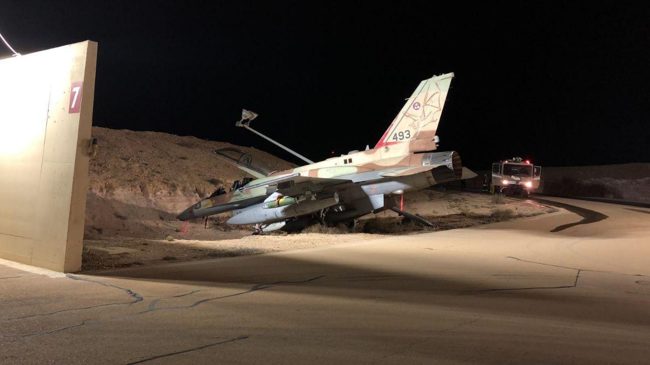 以色列空军1架F-16I战斗机在滑行期间刹车失灵被迫转向沟渠
