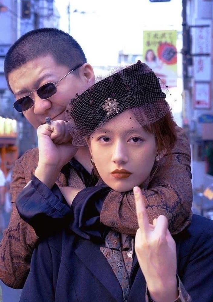 李诞被黑尾酱带出气质,但网友却说:没见眼睛差距这么大的情侣!