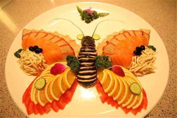 13,印度神象 用西瓜做动物的不少,比如鲨鱼啊:用1~3种水果做水果拼盘