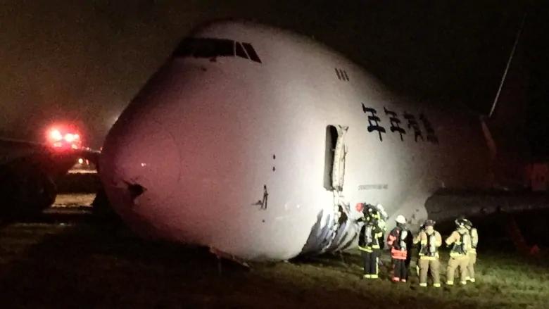 美天空租赁货运公司的1架波音-747货机冲出跑道机身着地
