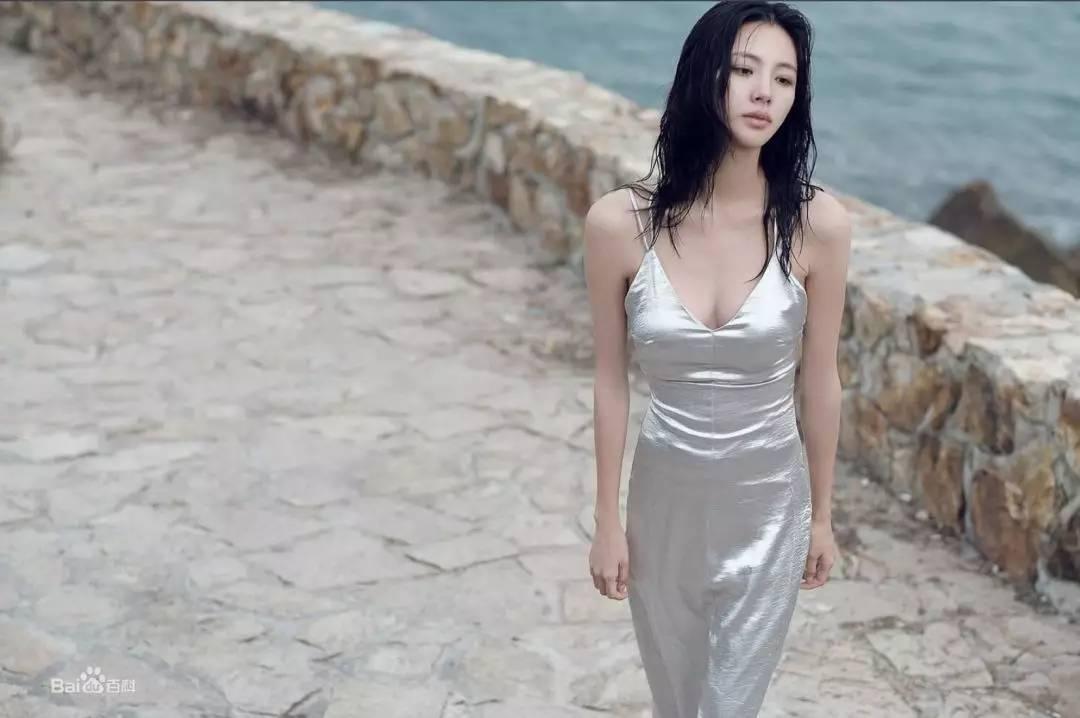 王思聪砸800万讨好前凸后翘的陈雅婷!更化身暖男为她拎包戴帽