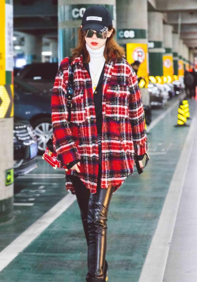 格纹是今年图片最流行的元素,戚薇拿着配皮杨童舒秋冬性感图片