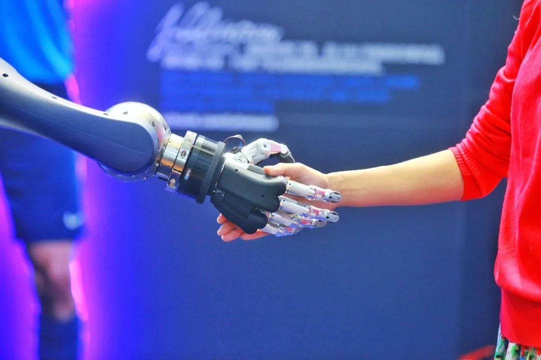 图说进博会丨与高科技亲密接触