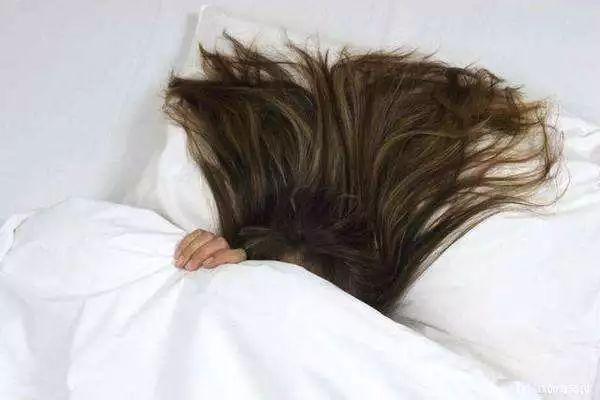 湿头发入睡图片