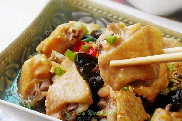 黑枣吃法:香菇土豆焖鸡