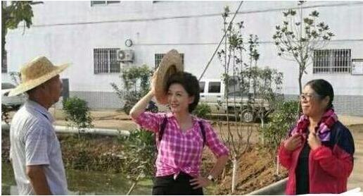 央视一姐海霞回家干农活,网友:比电视上漂亮多了