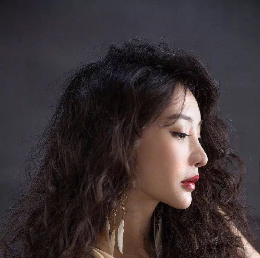 2018最爆款头发懒人烫,柳岩38岁解锁爆炸头新发型!