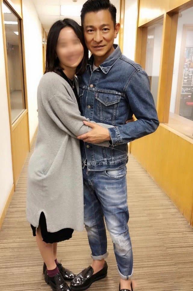 57岁刘德华与粉丝亲密合影,网友:老了都还这么招人喜欢