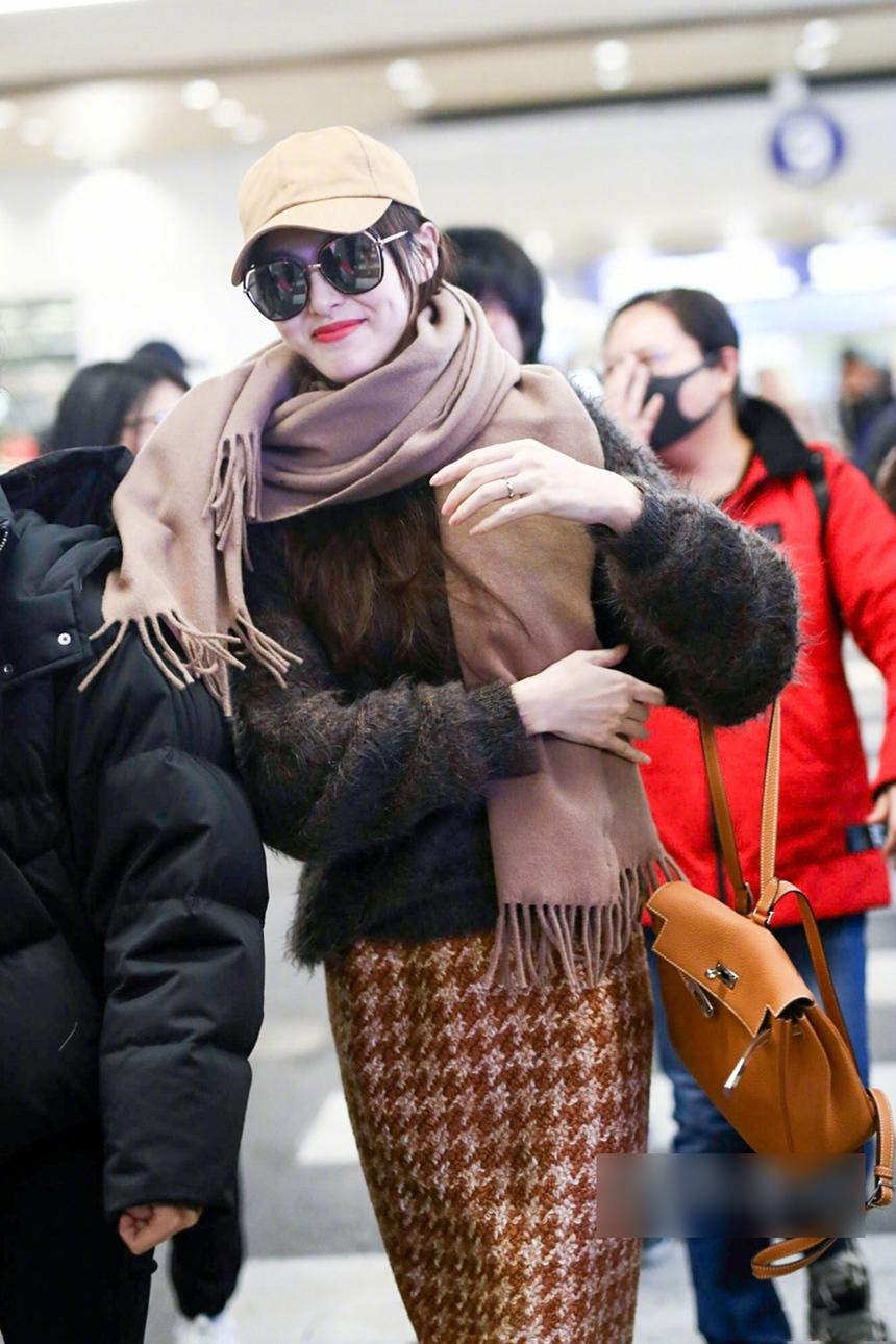 唐嫣机场街拍,婚后甜蜜秀婚戒,戴围巾一脸羞涩