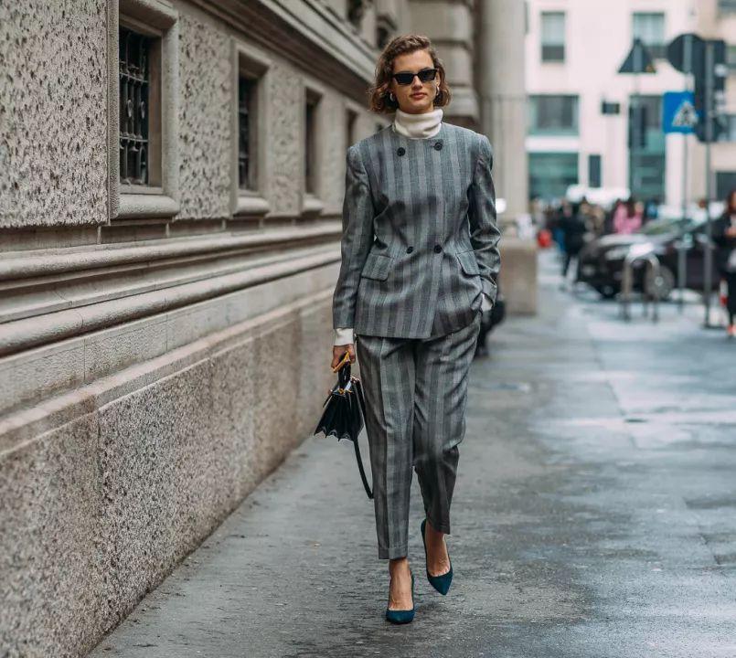 高领针织衫极其适合搭配西装穿着,领口部分相叠加,层次感显著,严谨又