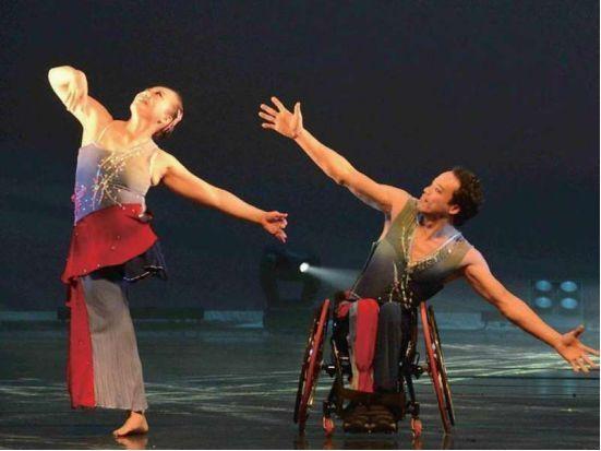 台湾男艺人不顾父母反对,陪伴独脚妻子24年,助其登上国际舞台!