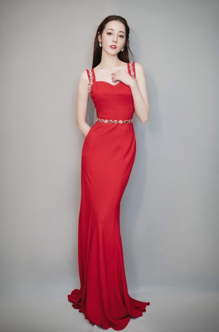 迪丽热巴这气质不是盖的穿破碎牛仔布拼成的裙子依旧美得上天_凤