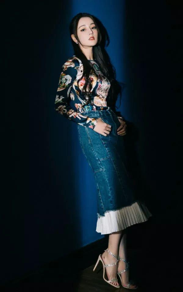 迪丽热巴啥时候这么保守了嫌裙子太短拿纸条贴上去?看着容易掉_