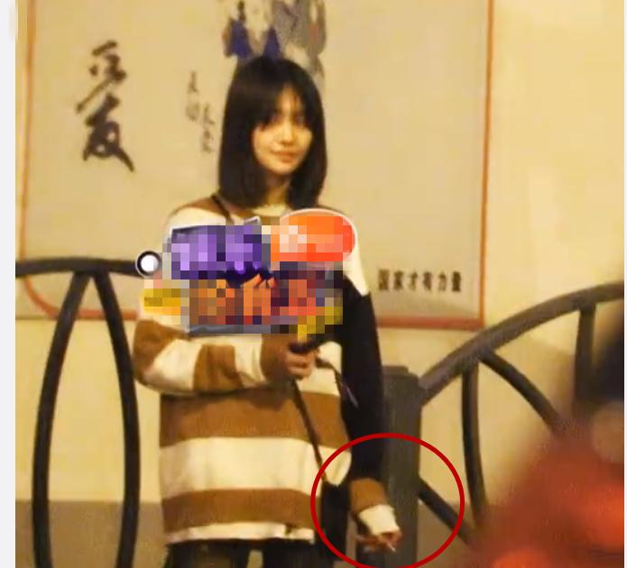 郑爽被拍到和男友街边浪漫接吻,替身妍妍依然在现场!