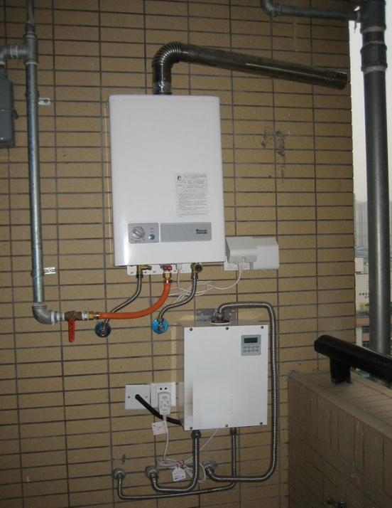 所以要想安装在阳台上安装燃气热水器,那就务必需要将这两根管道从墙图片