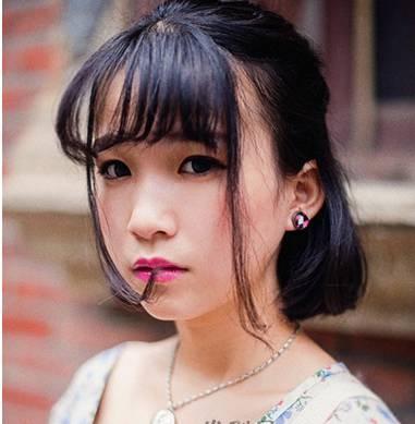 清纯系的黑色发丝很有美感,齐颈的中短发发型采用了碎发式的修剪,尽显