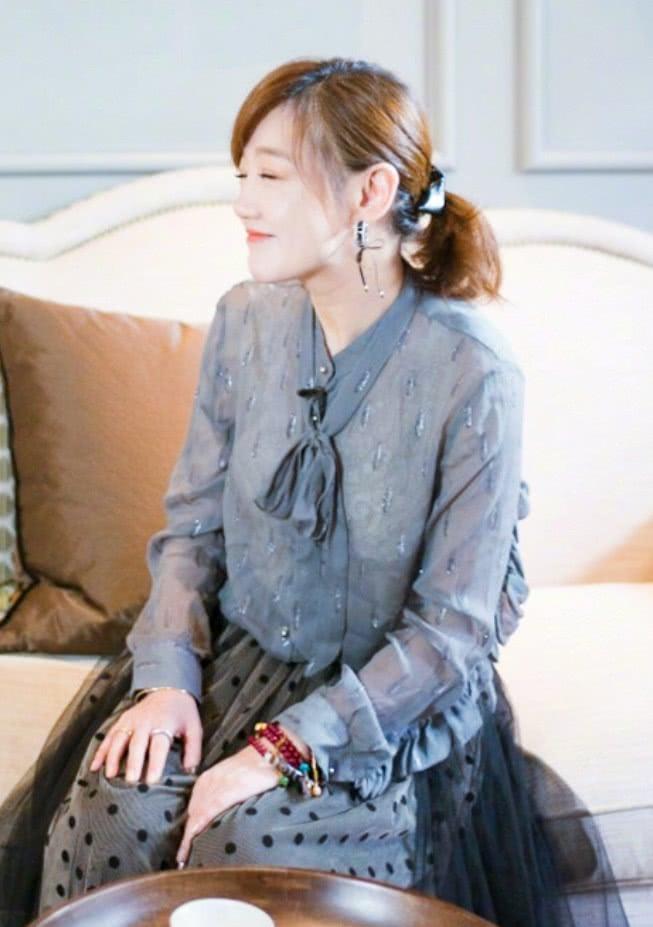 胡歌的前女友薛佳凝亮相下半身像女王上半身却引起观众不适_老凤