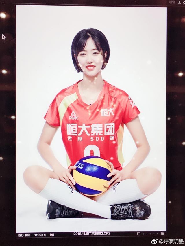 顏值與球技并存!中國女排又一天才美少女走紅,清純可人笑容甜美