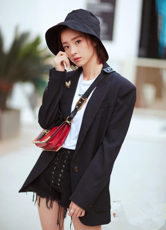 中华女性网|热文:胡冰卿演绎混搭时尚,身穿黑色西装搭配牛仔裤,潮范十足!