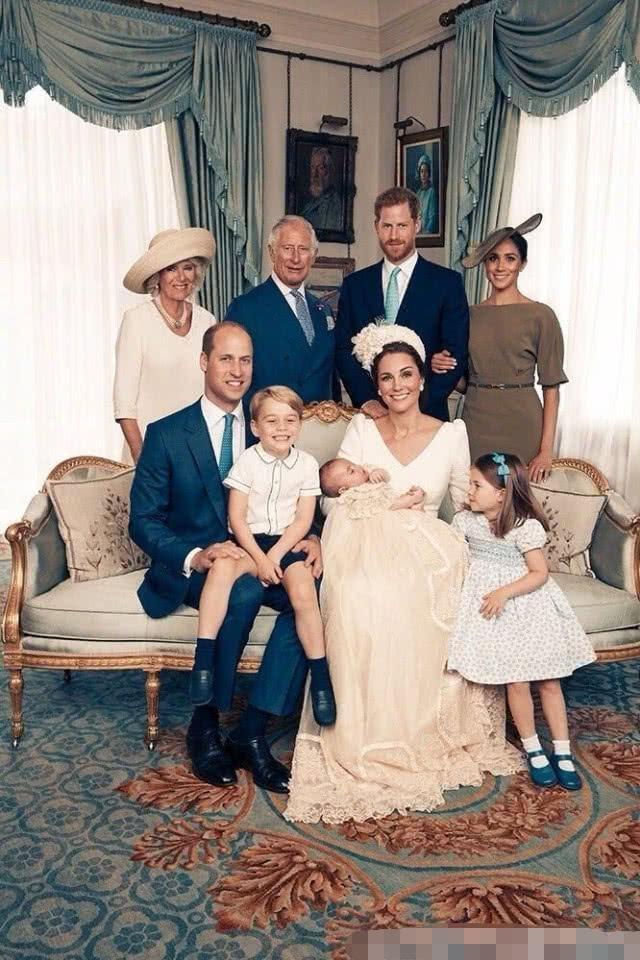 查尔斯王子70岁大寿晒祖孙三代合照,凯特王妃抱半岁小儿子亮相