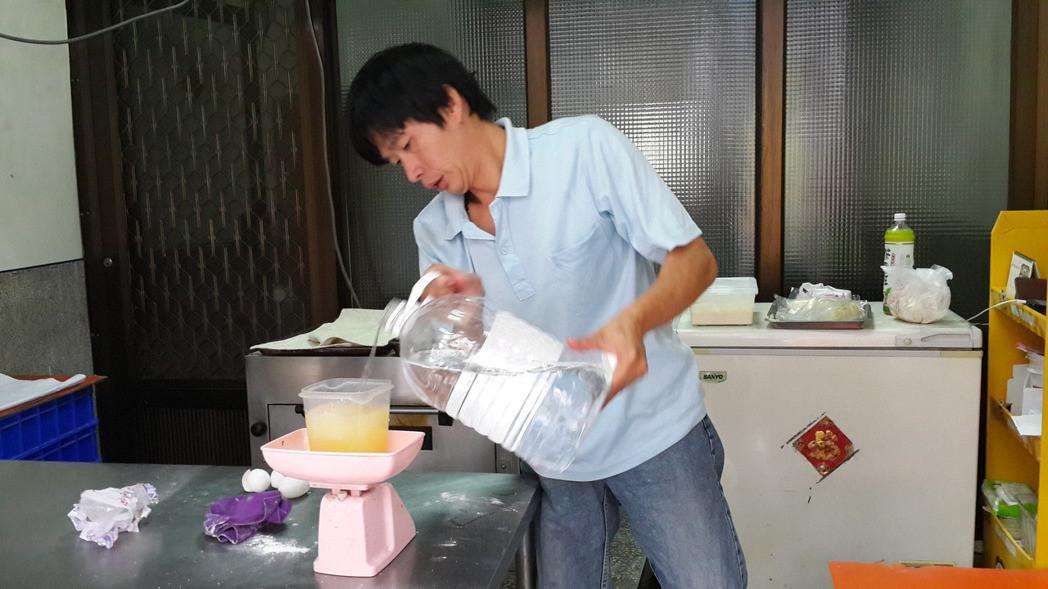 """拍摄陈水扁""""康复""""照片面包师遭""""绿色政治追杀""""。(图片来源:台湾《联合报》)"""
