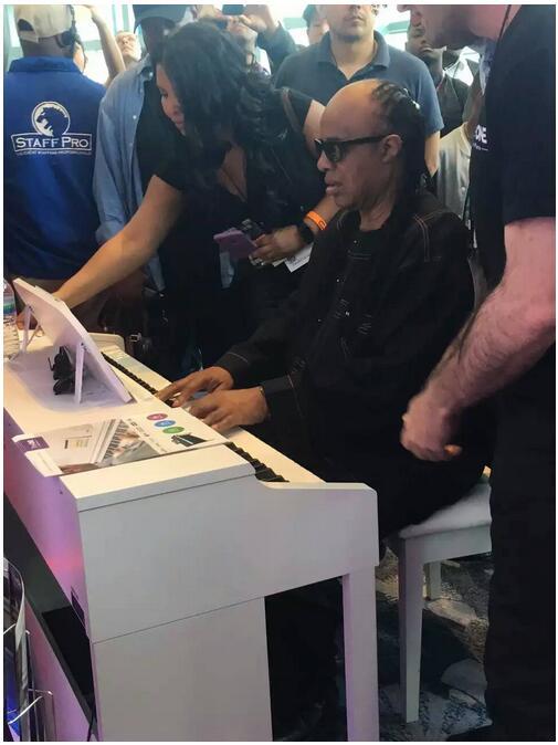 美国国宝级音乐人Stevie Wonder试弹智能钢琴