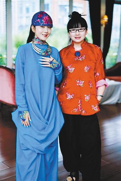 杨丽梅(右)与姐姐杨丽萍-这个女人,一生只画杨丽萍和小彩旗