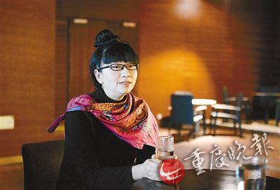杨丽梅接受重庆晚报记者 -杨丽萍妹妹在重庆举行画展 一生只画两个女神