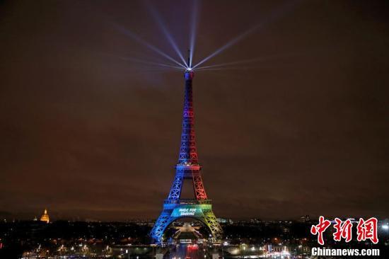 埃菲尔铁塔点亮奥林匹克会旗灯光 争奥运主办权