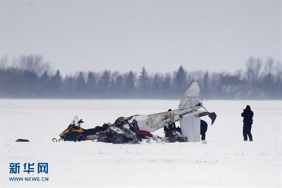 加拿大一小型飞机坠毁致两人死亡(组图)