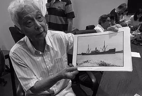 """""""船王""""陈顺通三子陈乾康手上展示的是1939年""""太平轮""""自沉前的照片。(图片来源网络)"""