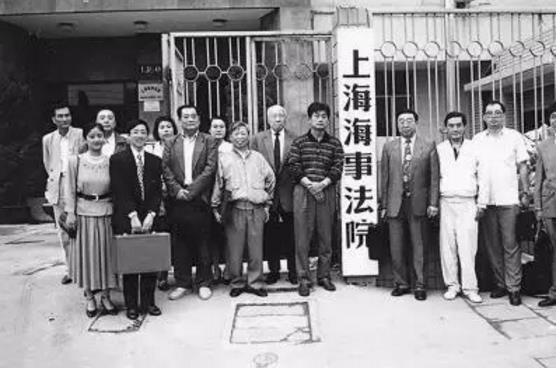 """1996年""""中威船案""""庭审休庭后部分律师团成员合影。(图片来源网络)"""