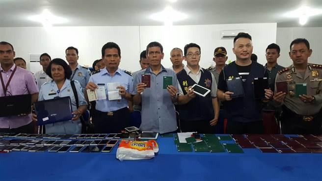 警方破获诈骗集团,缴获大量罪证。(图片来源:台湾《中时电子报》)