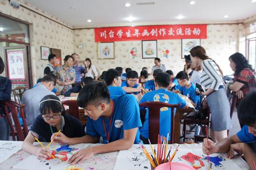 台东高中学生与绵竹中学学生共同体验绵竹年画上色工艺。(图片来源:四川省台办)