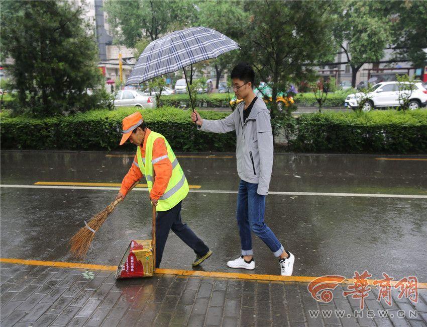 六旬保洁员冒雨工作