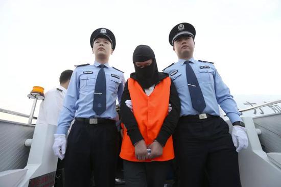 10月26日,一架从泰国曼谷起飞的中国民航包机抵达广州白云机场,17名外逃经济犯罪嫌疑人被集中押解回国。新华社记者张加扬摄