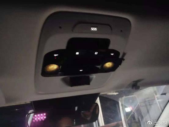 车内照明灯无法关闭,只好用胶布贴住