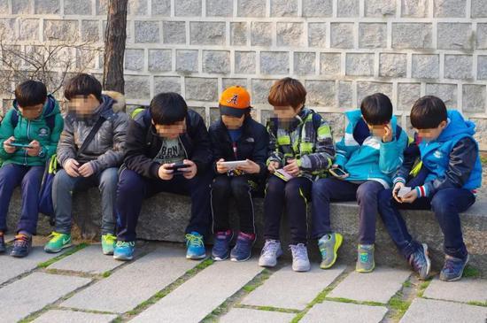 别不信,全球都在禁止中小学生用手机,硅谷大佬带头干