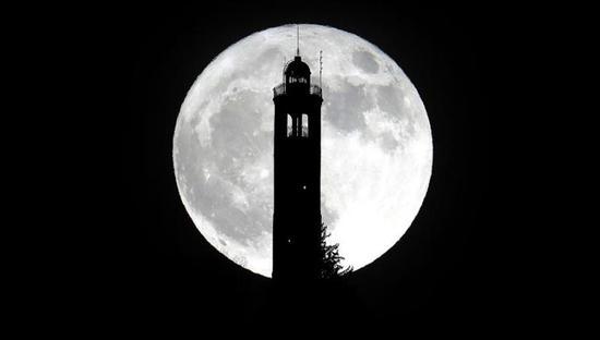 """2017年12月3日,""""超级月亮""""呈现在意大利布鲁纳泰上空。新华社/欧新"""